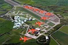 Flying over Bruntingthorpe Airfield, Vulcan is escorted by the Red Arrows. Military Jets, Military Aircraft, Avro Vulcan, Raf Red Arrows, Delta Wing, Aerial Acrobatics, Royal Air Force, Fighter Aircraft, Awesome