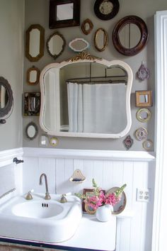 Crea una composición de espejos y no solo crearás ambientes originales, también lograrás que el espacio donde elijas ponerlos se vea más amplio y luminoso.