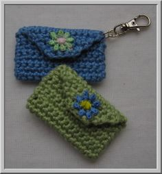 Mini-bag keychain: free crochet pattern