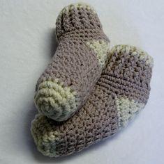 Chaussons chaussettes bas de laine pour femmes Hand Crochet, Crochet Hooks, Baby Kimono, Crochet Needles, Easter Bunny Decorations, Mermaid Blanket, Crochet Patterns For Beginners, Learn To Crochet, Baby Blanket Crochet