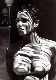 James Bond Anniversary Special: Halle Berry as Bond Women Pictures Of Halle Berry, Hally Berry, Halle Berry Hot, Bond Girls, Beautiful Black Women, Beautiful People, James Bond, American Actress, Movie Stars