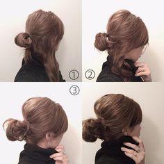 . . #Locari を見ていただいてたくさんのフォローありがとうございます。 お返事追いついておらずすみません。 . . 今日は#メッシーバン の少し違うアレンジ方法を。 出来上がりは同じようなかんじなのですが、これは簡単かも! . . ① 右か左の毛束を少し残しおだんごにする。 . ②トップやサイドを引き出しこなれ感を出す。 *結び目が緩んできたらギュッと締め直すことが重要です。 . ③残しておいた毛束を軽くねじりながら結び目に巻きつける。 結び目のゴムに挟み込む。 おだんご部分のバランスをみながら、髪の毛が出過ぎているところもゴムに挟み込む。 この辺は適当に挟み込めばいいです。 . 最初に#シーミスト 最後にスプレーを全体にふっています。 . パーマかかっているように見えますが、こういう癖です。 巻いてもいないほぼ寝癖なまま。 . 直毛な方は巻いてからするといいと思います。 . . またアクセサリーのオーダーは来週からの予定なのですが、詳細はまたこちらでお知らせさせてください。 ただいまLINEのIDも検索できなくなっています。…