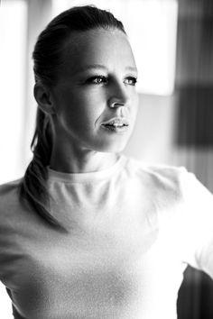 Schwarz-Weiß-Portrait von Schauspielerin Nina Proll im Hilton Hotel in Wien by Dominique Hammer Photography