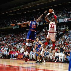 Patrick Ewing and Hakeem Olajuwon Basketball Rules, Basketball Pictures, Basketball Legends, Sports Basketball, Basketball Court, Nba Europe, Hakeem Olajuwon, Patrick Ewing, Wnba