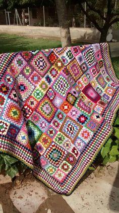 Mi querida Madre , a punto de cumplir 88 añitos de nada, sigue crocheteando que es un primor. Esta preciosa mantita de sofá le ha costado ...