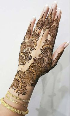 Henna is a beautiful and temporary way to decorate the body. There are so many stunning Henna tattoo designs that you can wear, from traditional patterns Round Mehndi Design, Floral Henna Designs, Mehndi Designs Book, Full Hand Mehndi Designs, Mehndi Designs 2018, Mehndi Designs For Beginners, Modern Mehndi Designs, Mehndi Design Pictures, Beautiful Mehndi Design