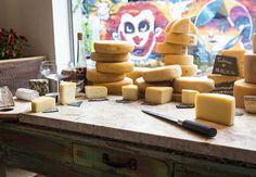 A Queijaria oferece cerca de 70 queijos que exemplificam o melhor da produção nacional feita a partir de leite cru (Foto: Felipe Gombossy / Época SP)