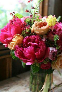 Joli bouquet sur tons orangés et rose fuchsia