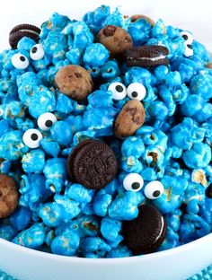 Yummy and adorable Cookie Monster Popcorn - sweet and salty popcorn mixed with mini cookies and googly monster eyes. It is both fun and delicious, a great combination! A fun anytime snack that would also be a great Party food at a Cookie Monster Birthday Popcorn Mix, Gourmet Popcorn, Popcorn Snacks, Flavored Popcorn, Snacks Für Party, Candy Popcorn, Party Recipes, Sesame Street Party, Sesame Street Birthday