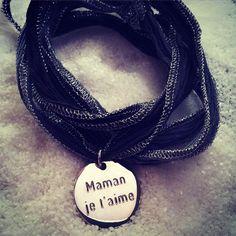 """Bracelet galon en soie et médaille """"maman je t'aime"""" personnalisée - l'Atelier d'Amaya #bijoux #cadeau #maman #fetedesmeres"""