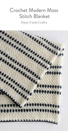 Free Pattern - Crochet Modern Moss Stitch Blanket #crochetbabyblanket #crochetpattern #crochet #moderncrochet #crochetblanket