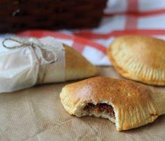 Pirogger - Perfekte til madpakken eller en picnic Hot Dog Buns, Hot Dogs, Empanadas, Sandwiches, Picnic, Food Porn, Lunch Box, Brunch, Pizza