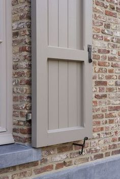 Exterior De Casas Luces - Center Hall Colonial Exterior - - Exterior Wood House - Exterior Paint With Shutters Exterior Brick, Paint Colors For Home, Windows Exterior, Brick Exterior House, Exterior Design, Shutter Colors, House Shutters, House Exterior, Brick