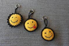 Y:1962 !!: Smiley haken Crochet Flower Patterns, Crochet Toys Patterns, Amigurumi Patterns, Crochet Flowers, Crochet Gifts, Crochet Baby, Knit Crochet, Crochet Keychain Pattern, Crochet Accessories