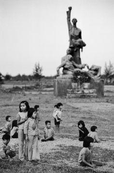 Một tượng đài được dựng lên để tưởng nhớ những người dân vô tội bị giết hại trong chiến tranh.1980