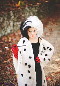 My 6 year old daughter, Addie, decided she wanted to be Cruella Deville this year. We cut and sewed an old black prom dress down to her size, made a white coat out of faux fur, shaved spots off of it and filled with black. Cruella Deville Kostüm, Cruella Deville Halloween Costume, Cruella Costume, Halloween Costume Contest, Halloween Costumes For Girls, Kid Costume, Book Week Costume, Girl Costumes, Costume Works