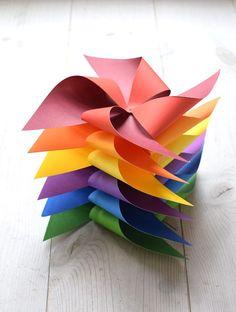 Pyssel DIY: Vindsnurror i regnbågens färger