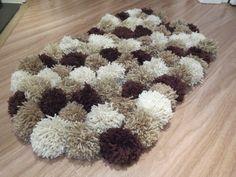 Aprenda a fazer um lindo e fofo tapete de pompom, uma ótima opção para deixar a casa mais quentinha no inverno.