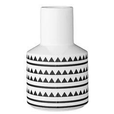 Vase en céramique blanche motif triangles noirs Bloomingville. Appréciez sa forme particulière et son design scandinave qui trouvera facilement sa place sur une étagère ou un buffet.