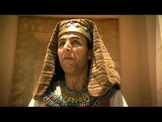 """""""L'Égypte des dieux"""" - Cultes & croyances religieuses des Égyptiens sous la XVIIIe et la XIXe dynastie, à l'époque du Nouvel Empire : Suprématie du culte d'Amon & rivalités entre le pharaon & les prêtres de Karnak sous Amenhotep III / Akhenaton, le pharaon hérétique, et la révolution du culte du dieu solaire Aton / Manifestation du sacré dans l'architecture funéraire & les temples monumentaux construits sous Ramsès II - Documentaire vidéo. Amenhotep Iii, Amon, Temples, France, Architecture, Youtube, Greek Mythology, Documentaries, Worship"""