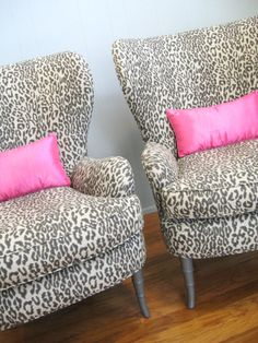 Leopard print chairs with pink pillows? Yes!!