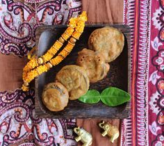 """En Inde, ces petits beignets appelés """"pakoras"""" se réalisent avec de la farine de pois chiche. Ils sont de légumes, très variés. On en trouve de pomme de terre, d'oignon, d'épinards...C'est l'aubergine que j'ai choisi pour cette recette car j'aime particulièrement..."""