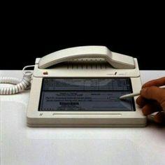 """نموذج أولي لهاتف """"ابل تتش"""" في عام 1983م."""