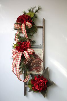 Christmas Door Swag, Primitive Christmas, Christmas Ladder, Red Hydrangeas… Mais