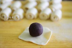 Flaky Asian Buns with Red Bean Paste and Salted Duck Egg Yolks — Yankitchen Blueberry Yogurt Popsicles, Coffee Popsicles, Asian Bread Recipe, Asian Buns, Chinese Moon Cake, Sticky Rice Recipes, Salted Egg Yolk, Red Bean Paste, Chocolate Souffle