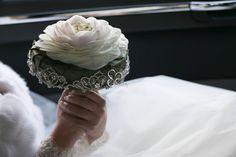 Luce e  cristalli avvolgono un  bouquet elegante e raffinato in un giorno d' inverno.