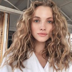 Do you like your wavy hair and do not change it for anything? But it's not always easy to put your curls in value … Need some hairstyle ideas to magnify your wavy hair? Cabelo Inspo, Curly Hair Styles, Natural Hair Styles, Blonde Curly Hair Natural, Blonde Curls, Natural Beauty, Blonde Hair Perm, Messy Curly Hair, Natural Makeup