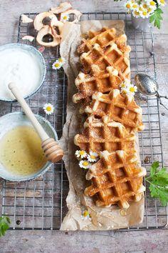 Quick and sweet: Belgische Apfelwaffel mit einem ordentlichen Schuss Ahornsirup und Bananendip- oh YES!