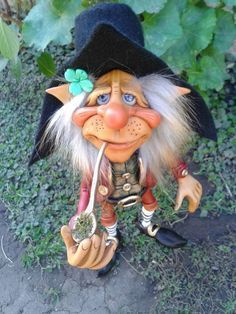 Wearing a four leaf clover! Elves And Fairies, Clay Fairies, Woodland Creatures, Magical Creatures, Hobbit, Trolls, Kobold, Fantasy Figures, Dragons