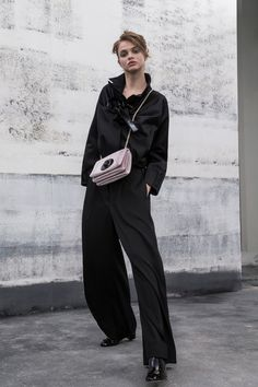 Giorgio Armani Resort 2019 collection, runway looks, beauty, models, and reviews.