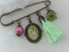 Broche - Broche épingle - Broche avec cabochon, perles, breloques et pompon - Motif Cerisier Japonais : Broche par apasde-lou