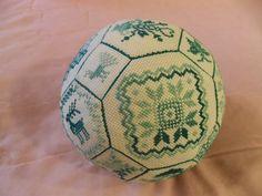 """Quaker Ball  - это тряпичный мячик, выполненный в стиле Quaker Embroidery (""""вышивка квакеров"""", об истории этой вышивки можно прочитать..."""