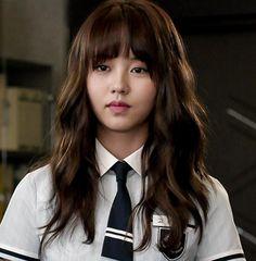 Minyeong - ma métamorphose Nouveau personnage, nouvelle histoire        Minyeong est une lycéenne coréenne faisant face aux brimades à répétitions de la part de ses camarades de classe. Mais un jour, tout change. Après un événement tragique, elle sera capable de voir les esprits des morts. Kim Yoo Jung, Korean Actresses, Korean Actors, Korean Beauty, Asian Beauty, Who Are You School 2015, Kim So Hyun Fashion, K Drama, Kim Sohyun