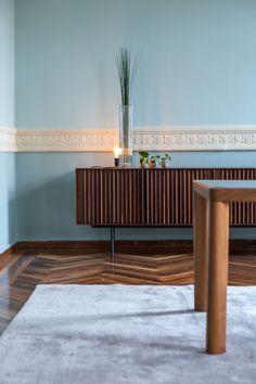 Hier te zien in prachtig Amerikaans Walnoot. Een echte topper, verkrijgbaar bij Colijn. Klik op de foto voor meer informatie! Outdoor Furniture, Outdoor Decor, Bench, Home Decor, Decoration Home, Room Decor, Benches, Desks, Bench Seat