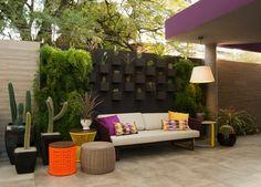 Um espaço perfeito pra relaxar e ler um bom livro. Com um jardim vertical que trás diferentes  especies de cactos,e outras plantas.