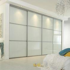 une chambre à coucher magnifique et des portes coulissantes de dressing élégantes