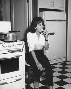 Sophia Loren chez elle dans sa cuisine, circa 1960 à Rome, Italie. Sophia Loren Style, Beauty Forever, Old Hollywood Stars, Classic Hollywood, Italian Actress, Domestic Goddess, Italian Style, Vintage Italian, Up Girl
