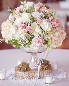 Lindo centro de mesa! Amei a combinação de madeira rústica com pérolas e renda ! #Carols #pogian #picoftheday #inspiracao #wedding #flowers #bride #blogdenoivas #casamento #decoracaodecasamento #palavradenoiva by palavradenoiva