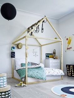 Большая двуспальная детская кровать. Похоже верхнюю треугольную часть можно демонтировать и получится модная подростковая кровать-куб. .
