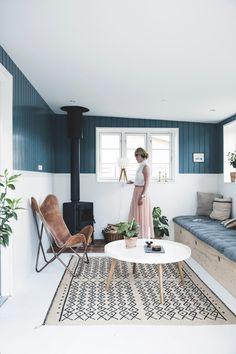 Une maison de vacances scandinave - Lili in wonderland Living Room Green, Home Living Room, Living Room Decor, Canapé Diy, Gravity Home, Piece A Vivre, Home Decor Pictures, Apartment Interior, Cheap Home Decor