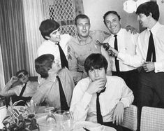 """The Beatles with Neil Aspinall, Murray """"The K"""" Kaufman, and Miami Police Sgt. Buddy Dresner, February 1964"""