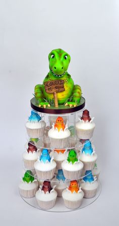 Dinosaur Cupcake tower - Cupcakes inspired by Planet cake and I have a step by s. Dinosaur Cupcakes, Dinosaur Birthday Cakes, Dinosaur Party, 4th Birthday, Dinosaur Dinosaur, Birthday Ideas, T Rex Cake, Dino Cake, Planet Cake