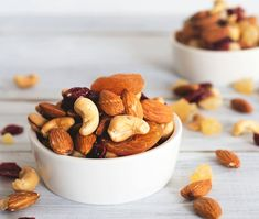 Nutrition: The best nuts for your heart. If you're looking for foods to keep your heart in tiptop shape, add nuts to your smart-snacking list. Healthy Fats, Healthy Life, Healthy Snacks, Cholesterol Lowering Foods, Cholesterol Levels, Mau Humor, Nutrition, Incredible Edibles, Mixed Nuts