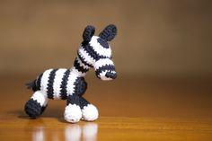 Zebra amigurumi realizzata all'uncinetto in bianco e nero