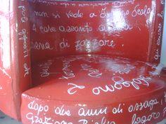"""""""Rotellina"""" sedia in eco-pelle dipinta a mano con smalto sintetico e scritte bianche."""