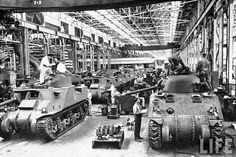 Time Capsule: Vintage Detroit Car Maker World War II Production Photos Detroit Cars, Detroit Michigan, Flint Michigan, Detroit History, Best Gas Mileage, American War, Panzer, Armored Vehicles, History Facts